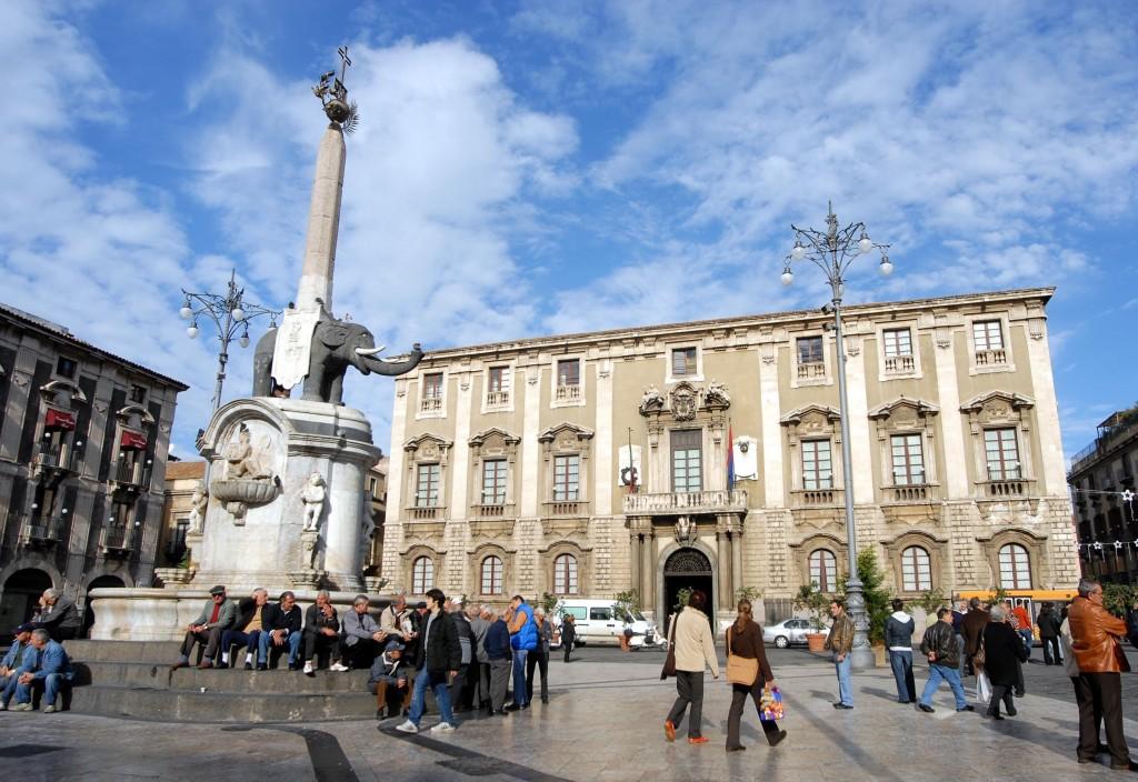 DEMANIO - 20061212 CATANIA : Piazza Duomo con Palazzo degli Elefanti, sede del Municipio. ORIETTA SCARDINOSCARDINO